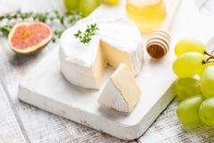 Fromage de camembert ou de brie avec des raisins, les figues et le miel images stock