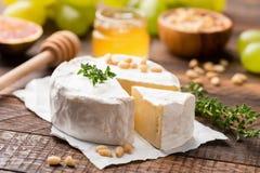 Fromage de camembert ou de brie sur le bois images stock