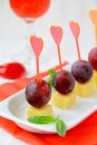 Fromage de canapes d'apéritifs avec des raisins Photos libres de droits