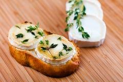 Fromage de chèvre avec le thym gratinated avec du miel Photo stock