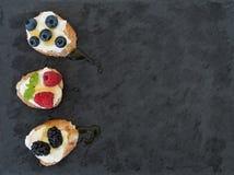 Fromage de chèvre et baies mini-sandwitches Photographie stock libre de droits