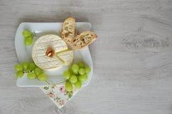Fromage de chèvre et raisins du plat Images stock