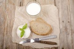 Fromage de chèvre, pain et lait Photographie stock libre de droits