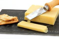 Fromage de cheddar frais de coupe avec des biscuits Photographie stock libre de droits