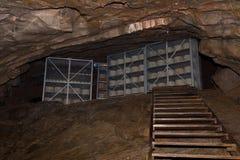 Fromage de cheddar mûrissant dans une caverne image libre de droits