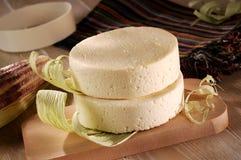 Fromage de ferme avec la cosse de maïs Photographie stock libre de droits