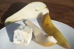 Fromage de Gorgonzola avec des poires Images libres de droits