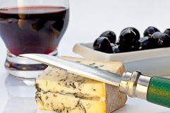 Fromage de Gorgonzola, vin rouge, olives Photo stock