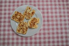 Fromage de Hallumi dans un plat images libres de droits