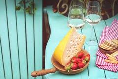 Fromage de Hollande et fraises Vin blanc deux verres Une table avec un casse-croûte à une partie Place pour le texte Copiez l'esp Images stock