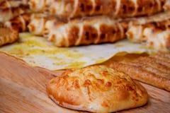 Fromage de Khachapuri sur un conseil en bois sur le fond de la saucisse cuit au four dans une pâte photo stock