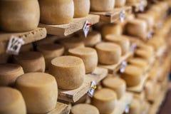 Fromage de lait sur étagères Images libres de droits