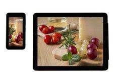 Fromage de Manchego de photo avec des raisins sur le comprimé à l'intérieur Photos stock