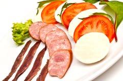 Fromage de mozzarella, tomates, saucisse de proc Photographie stock libre de droits