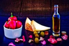 Fromage de Pecorino, huile d'olive et poivrons rouges photos stock