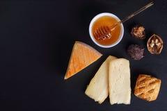Fromage de Saint Nectaire de Français de plat d'ardoise photo stock