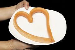 Fromage de saucisse dans le style de coeur avec de la salade verte épicée de mangue Images libres de droits