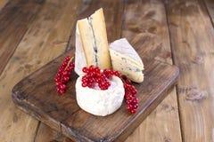Fromage différent avec le moule blanc et bleu Baies des fleurs blanches de groseilles rouges Fond et espace libre en bois pour le photos stock