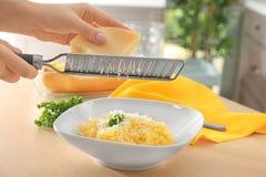 Fromage discordant de femme sur la courge de spaghetti image libre de droits
