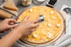 Fromage discordant de femme sur la pizza faite maison images libres de droits