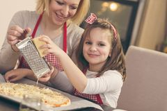 Fromage discordant sur la pizza photographie stock libre de droits