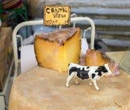 Fromage du Cantal à vendre au marché local en Provence photographie stock