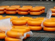 Fromage du Kaasmarkt dans la ville néerlandaise d'Alkmaar, la ville avec son marché célèbre de fromage photos stock