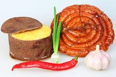 Fromage emballé, saucisse fumée, poivron rouge Photo stock