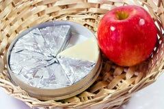 Fromage et casse-croûte d'Apple photographie stock libre de droits