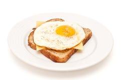Fromage et oeuf sur le plat sur un pain grillé d'isolement Images libres de droits
