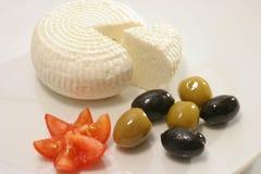 Fromage et olives blancs de la Grèce Photographie stock libre de droits