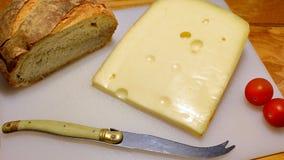 Fromage et pain avec des tomates Photographie stock libre de droits