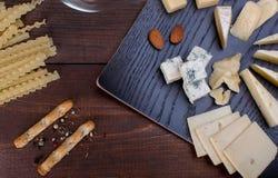 Fromage et pain différents Photos stock