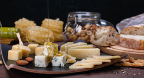 Fromage et pain différents Photo stock