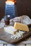 Fromage et parmesan russes avec du pain blanc Images libres de droits