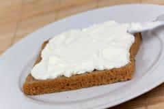 Fromage et part de pain-pain d'isolement sur le blanc Photo stock