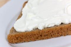 Fromage et part de pain-pain d'isolement sur le blanc Images stock