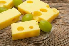 Fromage et raisins photo stock