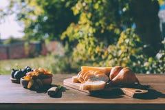 Fromage et raisins coupés en tranches de baguette Photo stock