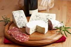 Fromage et salami français images stock