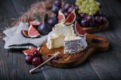 Fromage fait maison de camembert avec des fruits frais sur le conseil en bois Photographie stock libre de droits