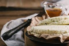Fromage fait maison de halumi avec de la sauce dans la cruche sur la table en bois Image libre de droits