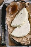 Fromage fait maison de halumi avec de la sauce dans la cruche sur le papier ciré Photos libres de droits