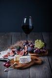 Fromage fait maison frais de camembert avec les fruits frais et le verre de vin rouge Images libres de droits
