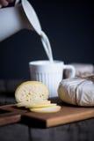 Fromage fait maison frais sur le conseil en bois Image stock