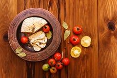 Fromage fait maison, tomates avec l'épice d'herbe en poterie rurale En bois Image libre de droits