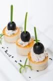 Fromage fondu de canapes de Volovanes et olives noires Photographie stock libre de droits
