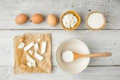 Fromage frais différent avec du yaourt et des oeufs sur la vue supérieure en bois blanche de table photos libres de droits