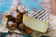 Fromage français antique Tomme de Montagne et figues sèches avec des figues Images libres de droits