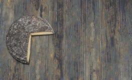 Fromage français de Siant-Nectaire sur le fond en bois images stock